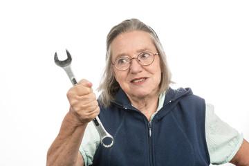 Alte Frau mit Schraubenschlüssel