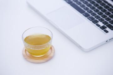 冷茶とノートパソコン
