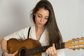 Ritratto di ragazza con chitarra