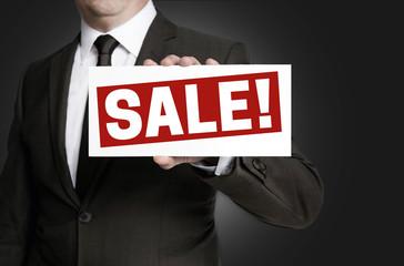 Sale schild wird von Geschäftsmann  gehalten