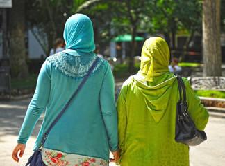Dos mujeres cubiertas con velo