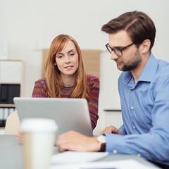 kreatives team bespricht ein projekt am laptop
