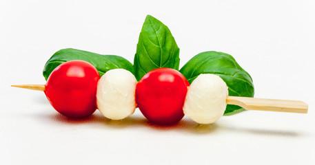 Tomate-Mozzarella-Spieß mit Basilikum