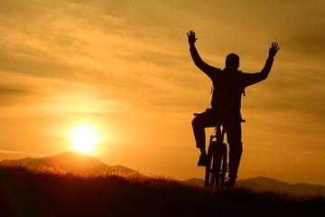 gündoğumunda bisikletli silüet