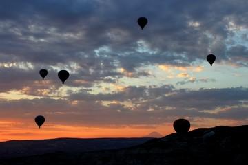 Воздушные шары парят в небе на рассвете