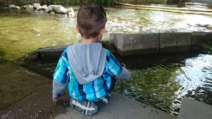 Kind angelt an fluss