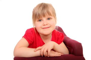 Kind stützt sich auf Sofa ab