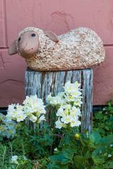 羊のオブジェと白ユリの花