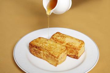 フレンチトーストにシロップをかけて