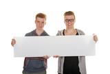 Zwei Teenager halten leeres Schild