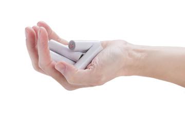Frau an der Hand hält eine Handvoll von Batterien