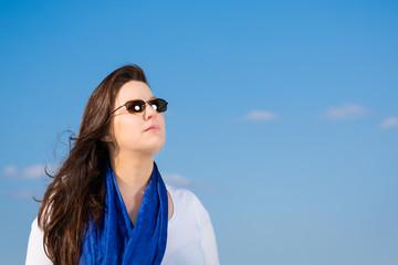 frau vor blauem himmel mit schal