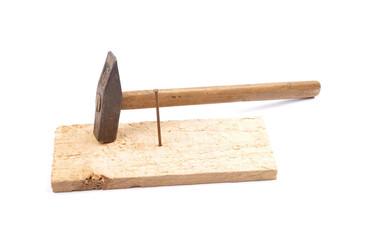 Hammer mit Nagel und Brett