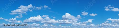 Biały rozsypisko chmurnieje w niebieskim niebie.