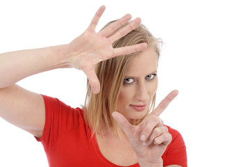 femme blonde faisant un cadrage