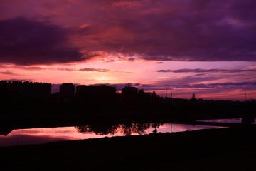 Zachód słońca nad miastem i kanałem.