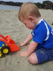 bimbo che gioca con la sabbia