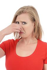 femme dégoûtée par mauvaises odeurs