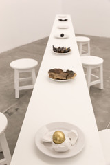 Mesa blanca con platos