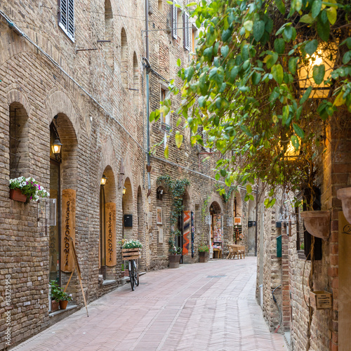 Fototapety, obrazy : Alley in old town Tuscany Italy