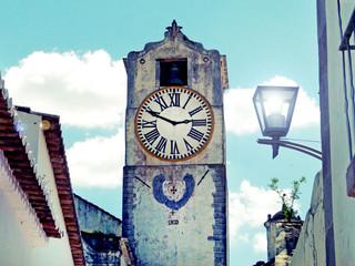 Torre com relógio antigo