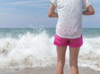 大きな波が来るのを待つ女の子