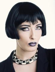 Modella con parrucca nera