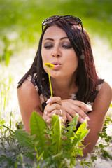 ragazza con fiore giallo
