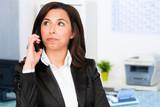 junge geschäftsfrau am telefon