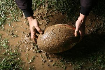 Atleta con pallone da rugby