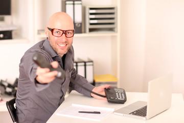 Mann im Callcenter