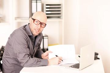 Mann studiert AGBs