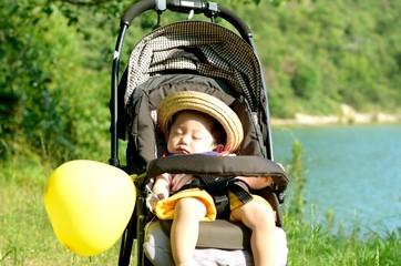 ベビーカーで寝る赤ちゃん