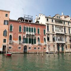 Vieilles façades le long du grand canal