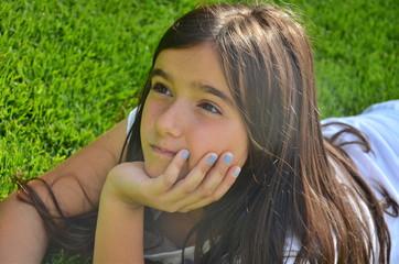 Mädchen auf der grünen Wiese