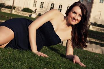 lachende Frau liegt im Gras