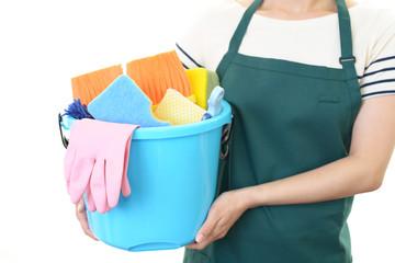 掃除用品を持つ女性