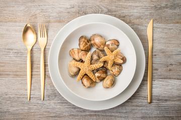 piatto con vongole e stelle marine