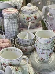 Tazze e piattini da tè in porcellana
