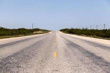 asphaltierte Straße in einer Landschaft
