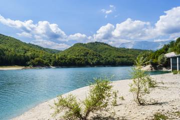 Paesaggio di montagna con lago