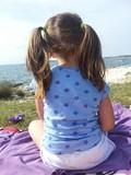 bambina che guarda il mare