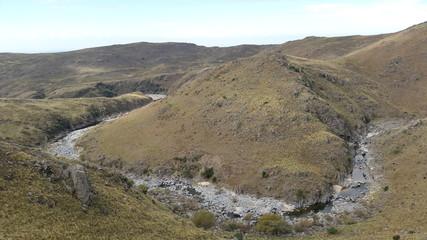 Río natural de montaña