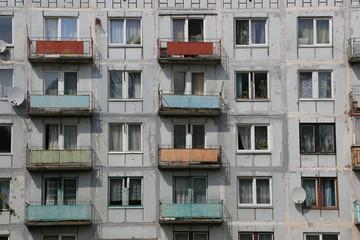 Plattenbau mit Balkonen