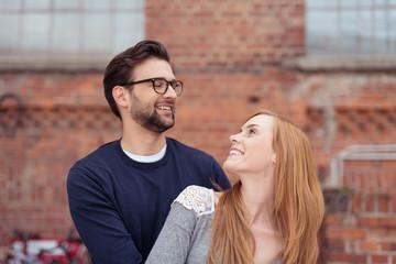 lachendes junges paar schaut sich verliebt an