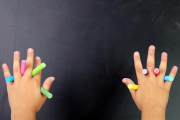 Gessetti colorati fra le dita