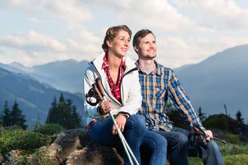Mann und Frau in den Alpen beim Wandern