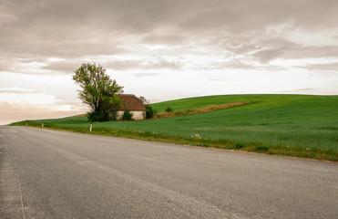 Einsames Weinkeller und hügelige Landschaft
