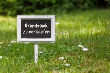 """Schild im Rasen """"Grundstück zu verkaufen"""""""