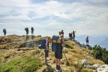 Bergwandergruppe am Gipfelplateau